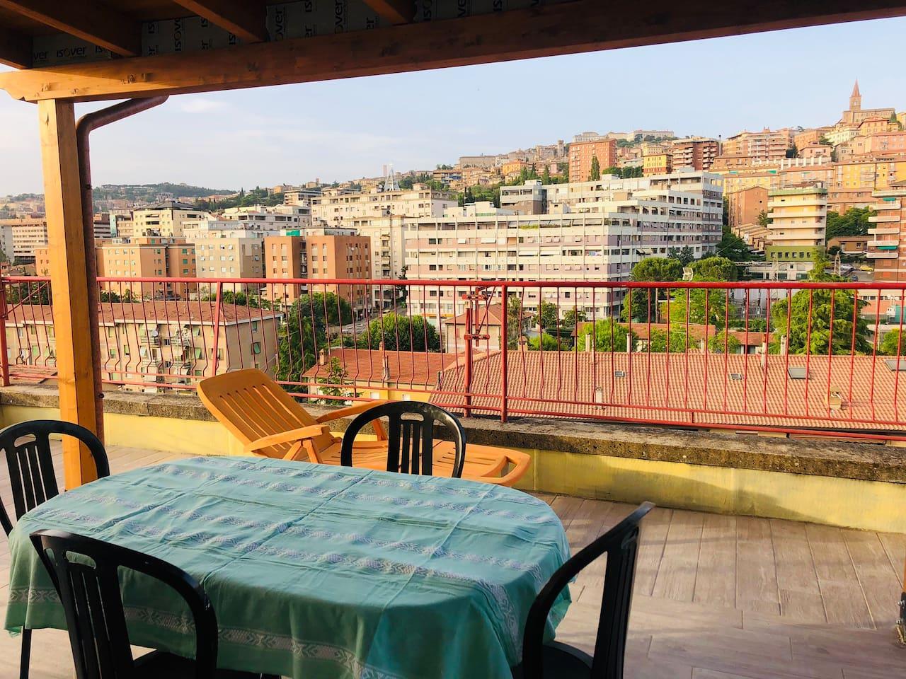 Vista della terrazza esterna con panorama su Perugia