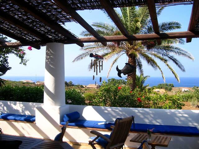 Ustica, la Perla Nera, Villa 70mq con giardino