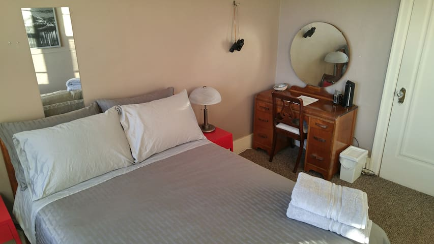 Art Deco antique bedroom in trendy West Broadway - Winnipeg - Apartment
