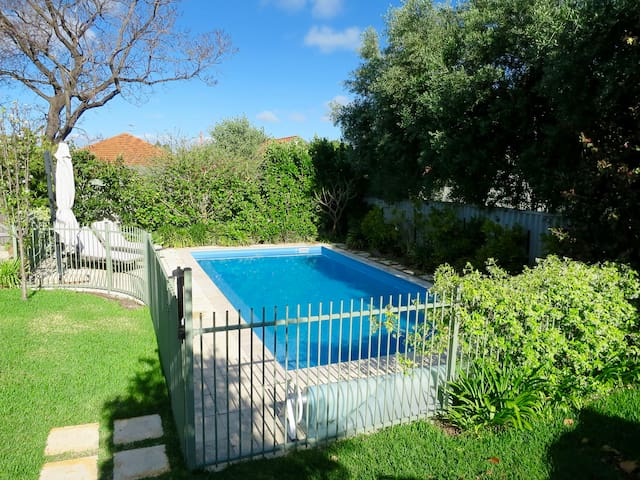 Family home with huge garden & solar heated pool - Wembley - Casa