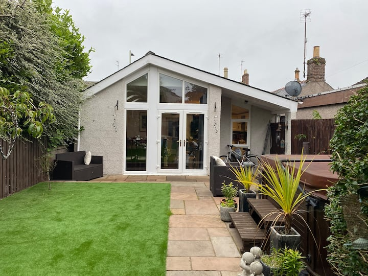 Stunning modern 2 bedroom cottage with Hottub