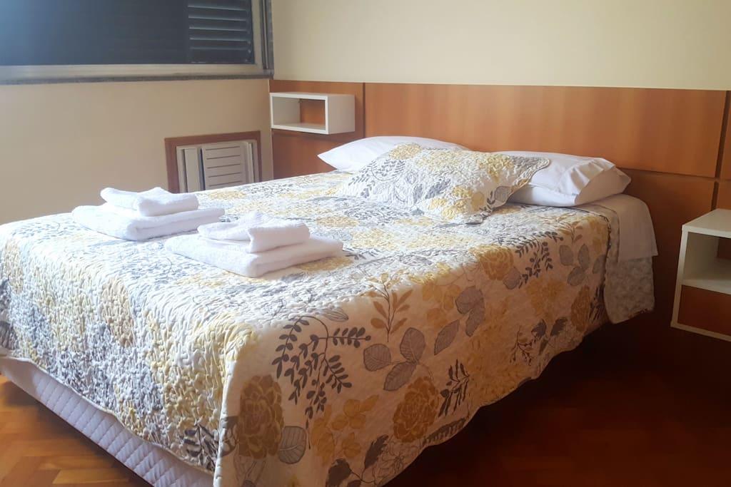 QUARTO 1 com ar condicionado e cama de casal; ventiladores e armários disponíveis
