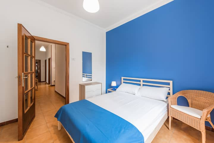 S5/I8/R1-Bright and lovely room in center of Bari