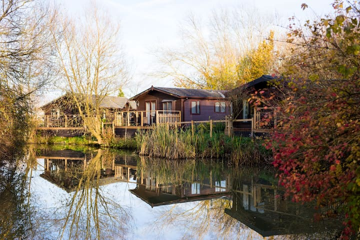 Luxury Wooden Lakeside Lodge DUNLIN Near Longleat