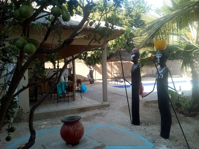 Case Africaine posée dans un jardin