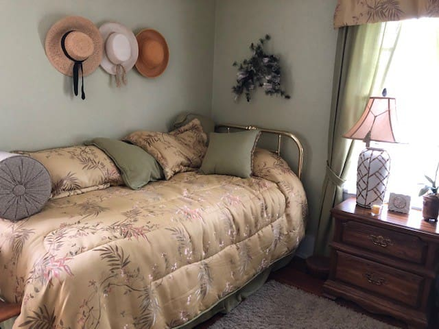 Cyd's Charming Guest Room - Tours Avail.