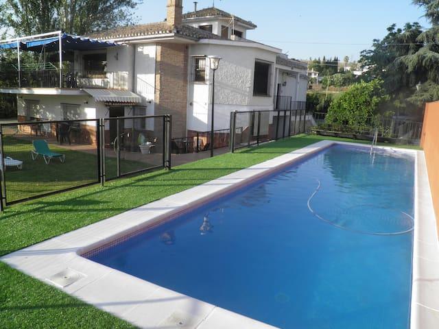 Excepcional villa con piscina y jardín individual