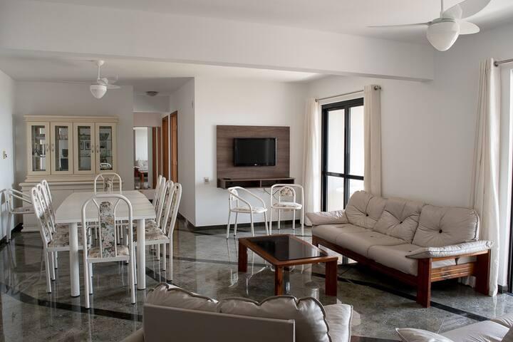 O apartamento comporta até 12 pessoas