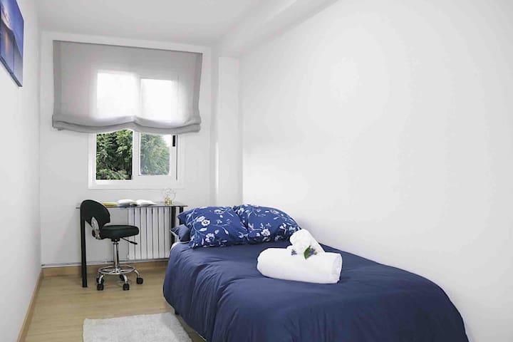 Dormitorio compuesta con 1 cama de 90cm y un escritorio