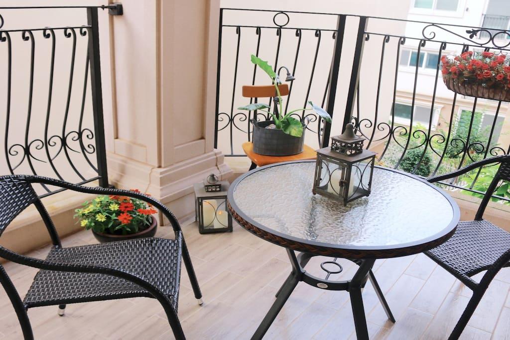 사계절 볼수있는 화초와 함께 커피를 한잔 하면서 대화를 나눌수 있는 탁트인 발코니