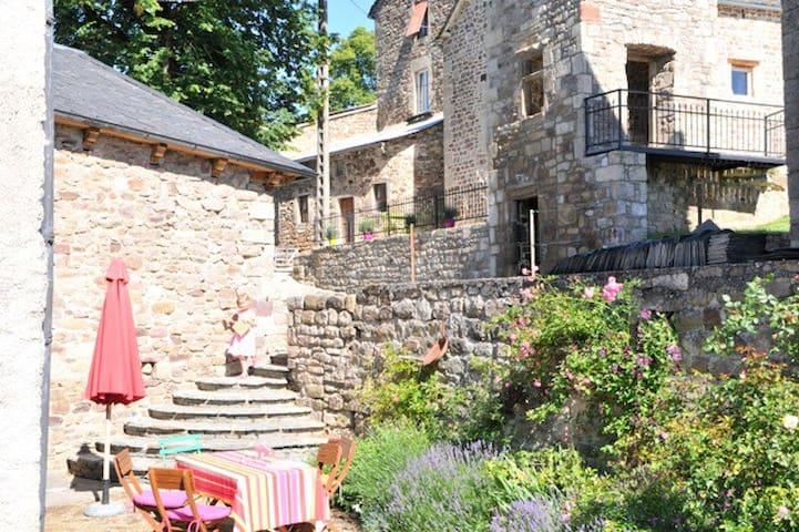 Stone cottage in medieval hilltop village - Recoules-Prévinquières - Huis