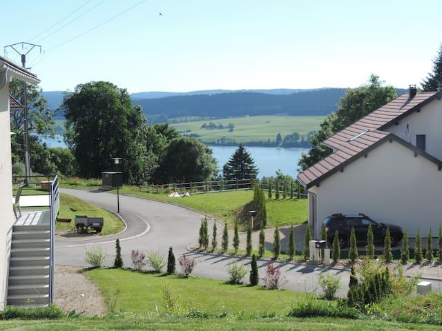 Maison au bord du lac, proche des pistes de ski. - Montperreux - Casa