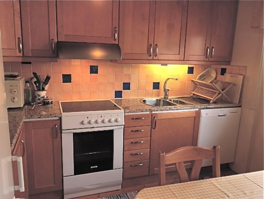 Modernt kök med diskmaskin och micro