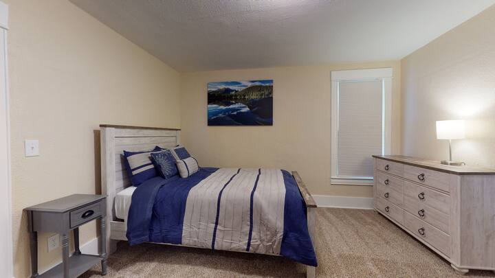Downtown Beauty-Shared Home-3 min to Colorado College-5 min to hospitals