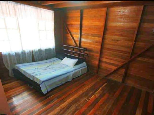 Dormitorio #2 con cama matrimonial, colchón semiortopedico para su cómodo descanso y baño compartido