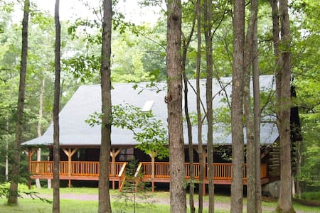 Beautiful Log Home Nestled in a Private Lot - Jim Thorpe