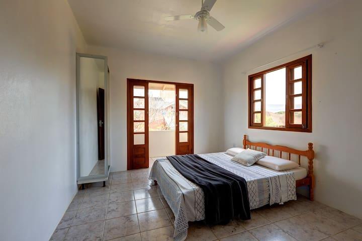 Dormitório 2, amplo e também com sacada