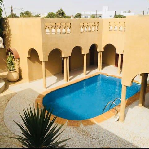 Saly Chambre wifi accès piscine à 500m Plage .