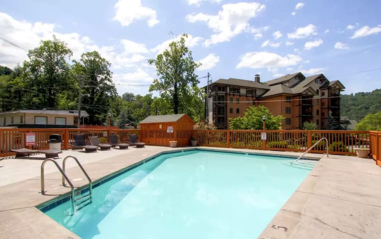 Handsome 3BR Gatlinburg Condo - Gatlinburg - Reihenhaus