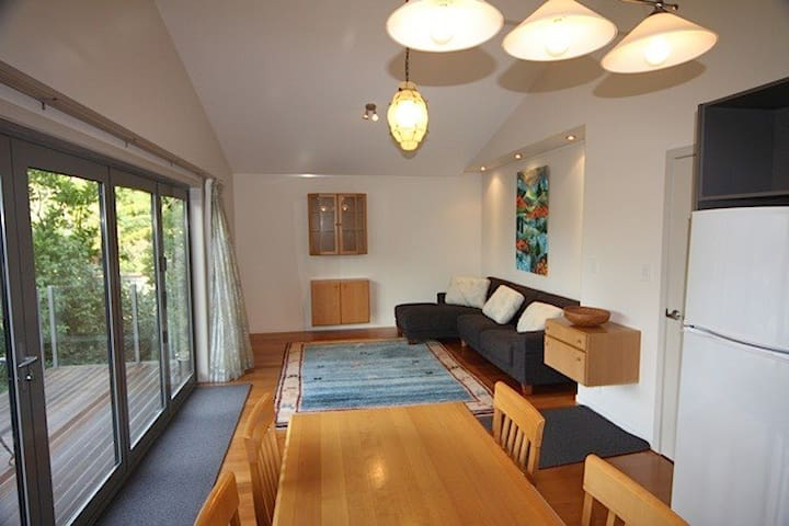 Modern apartment, bush setting, in center of town - New Plymouth - Apartamento