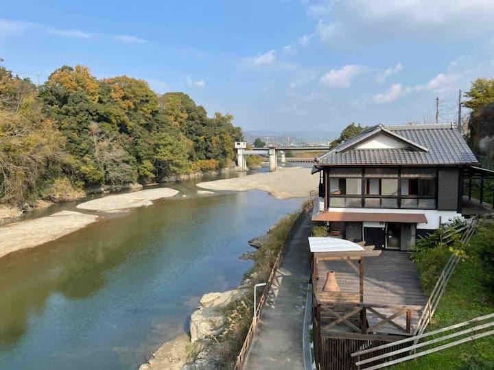 1日1組限定、絶景檜風呂付き元料亭。貴志川の眺めと広々ゆったりとした非日常の空間を大切な方と!