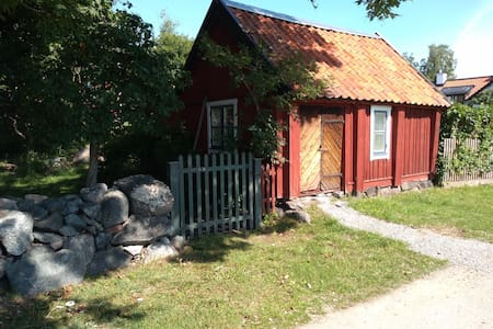 Historic lake-front cabin near the centre Sigtuna