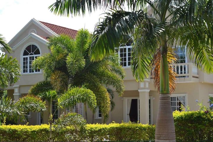 Hidden Gem of Runaway Bay: Silver Lime Villa