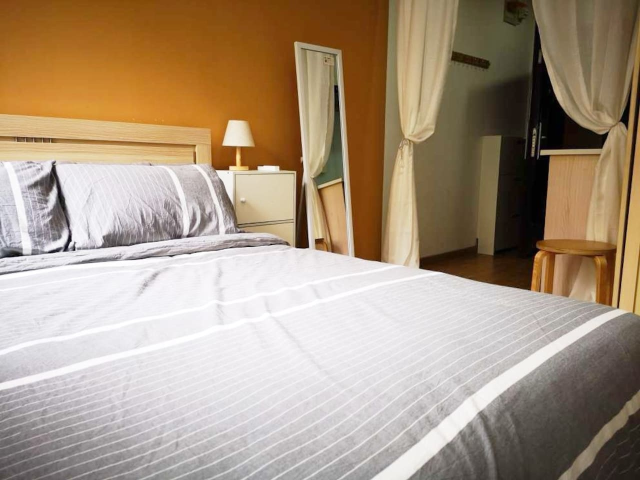 房源为整租一室,面积20平米,配有标准双人大床,最多可以入住2人,床品配置齐全