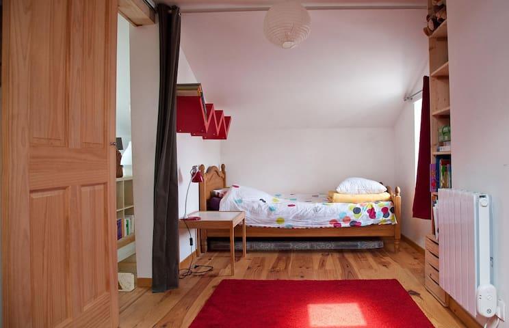 Chambre à l'étage avec lit simple