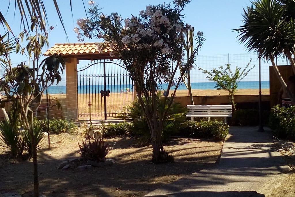 Cancello che si apre sulla spiaggia