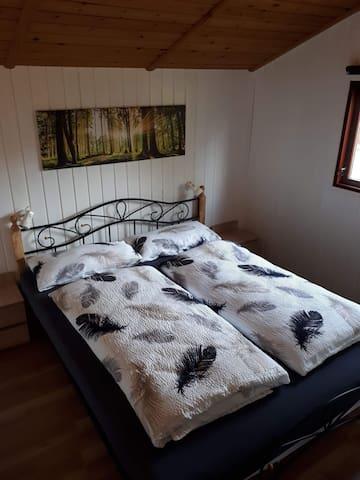 Schlafzimmer mit Doppelbett 160x200cm