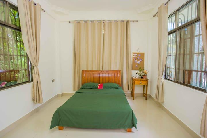 红色娘子军主题房间,具有历史意义。