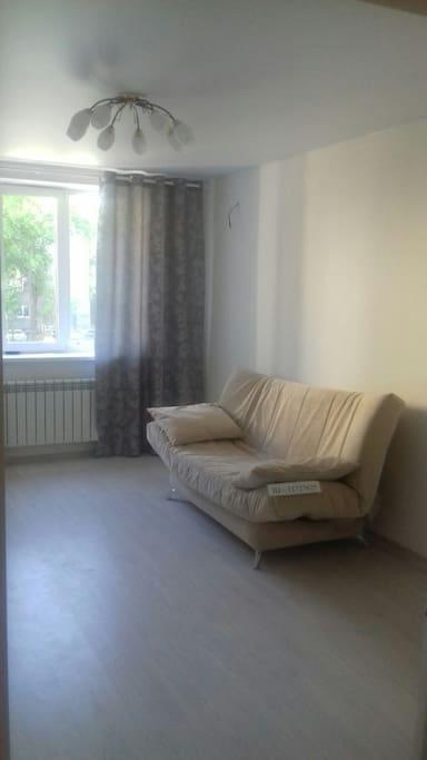 Комната 17 кв.метров - один двухместный диван, возможно доп.место ( раскладушка / надувной матрац)