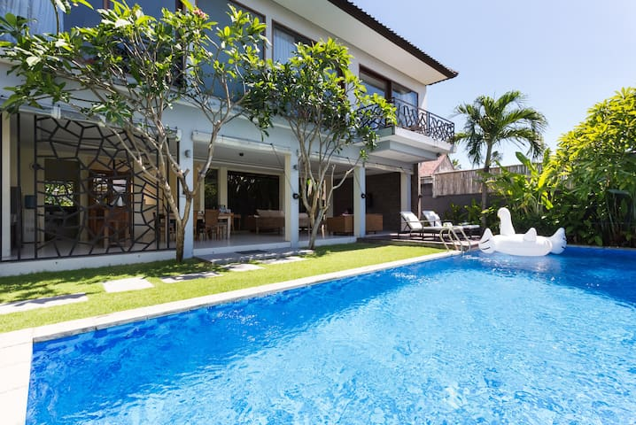 Cozy 3 bdrm villa,10'walk to beach, staff&security