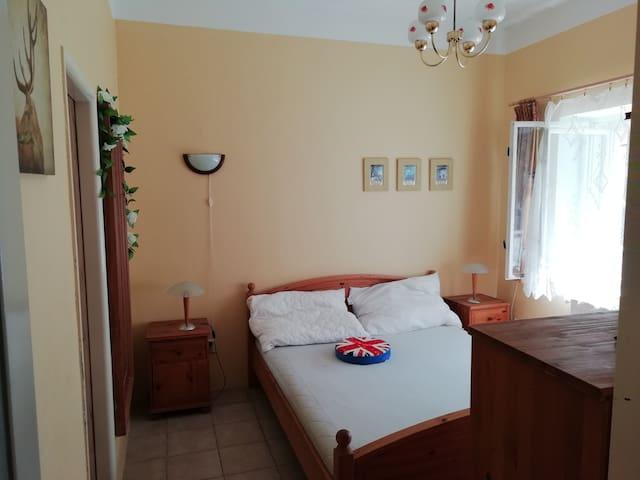 Loznice s koupelnou, prizemi/Bedroom with bathroom downstairs