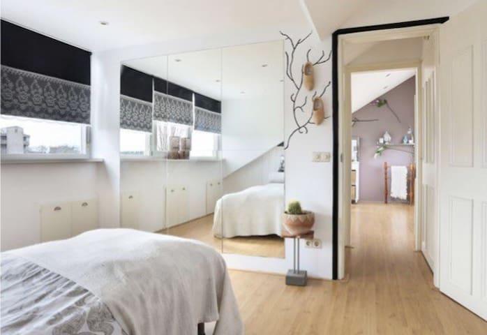 Lichte ruime 1 of 2 pers. kamer met wijds uitzicht