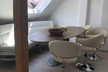 Essbereich mit großem Tisch, Eckbank und 4 Stühlen