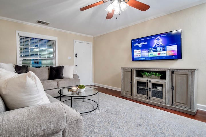 The cozy Little Bungalow living room features a smart TV with access to all of your favorite streaming services and smart casting capabilities. Curl up with your favorite book, or binge your favorite Netflix series on our comfy sectional!