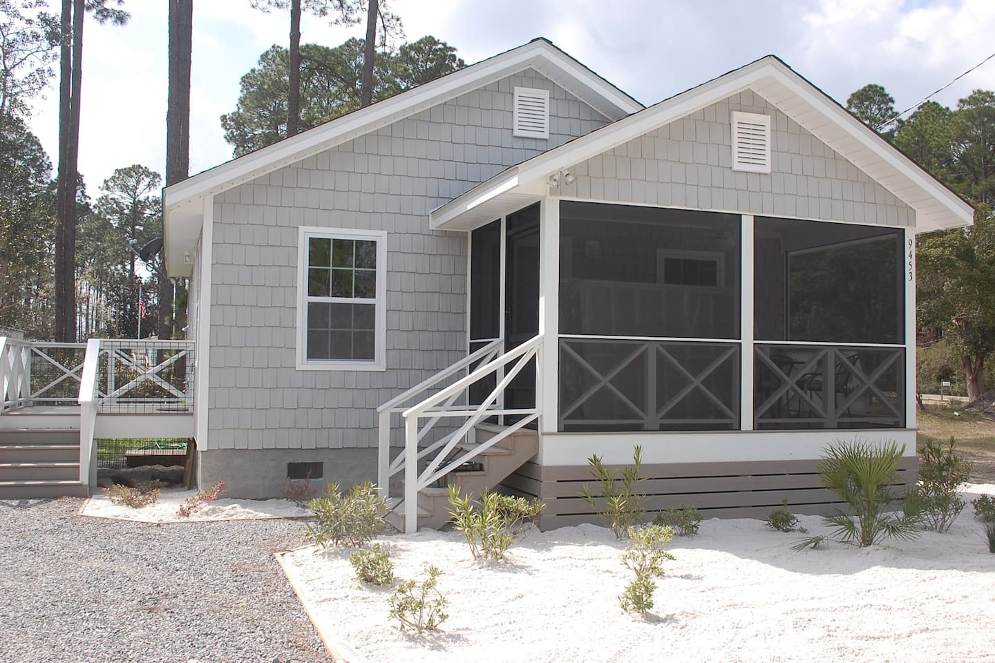 Very cute new beac house, walk to pet friendly beaches!