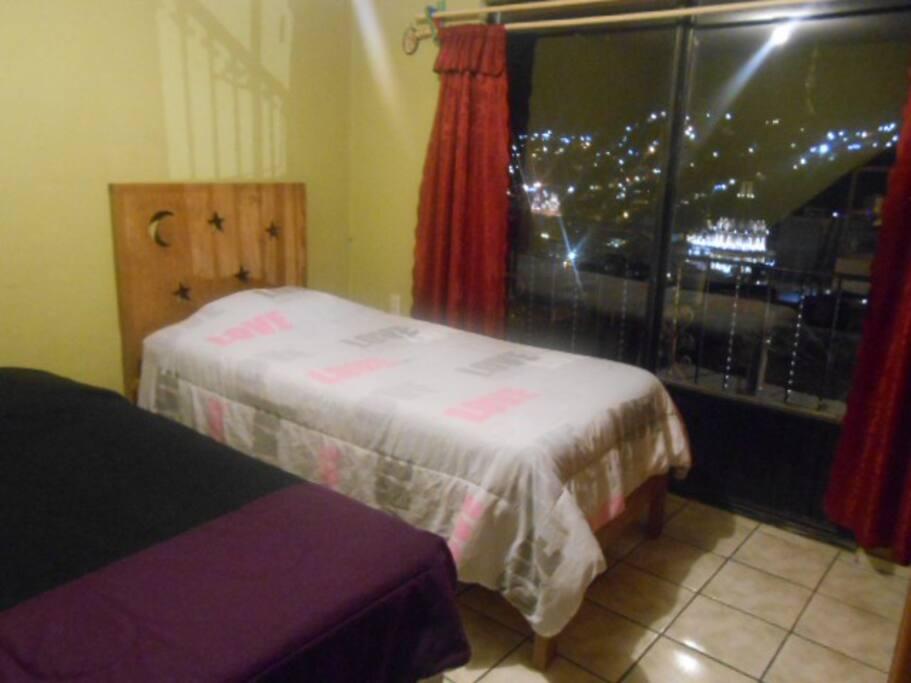Habitación privada con dos camas individuales con una maravillosa vista de la ciudad
