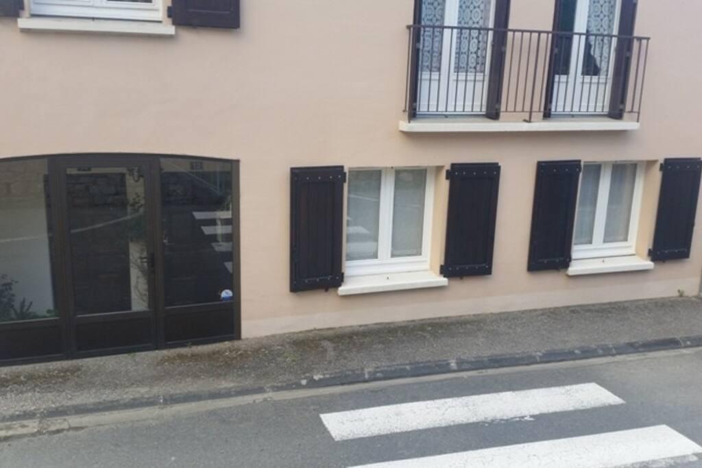 Entrée de l'appartement par la véranda et les fenêtres des deux chambres