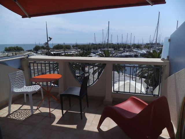 Terrasse sur la mer et le port à La Grande Motte - La Grande-Motte