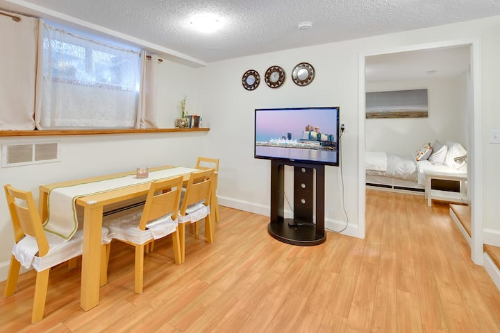 Spacious suite, 15min to Downtown, 2min to Grouse