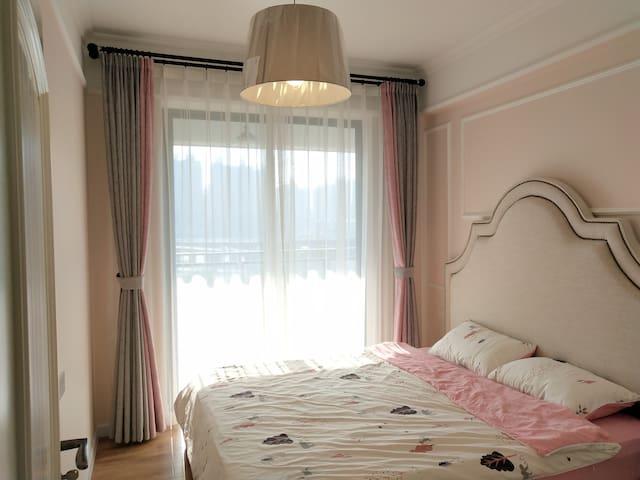 粉色温馨大床房。超五星慕思床垫!市中心全新装修高档小区,一线江景,视野无敌!
