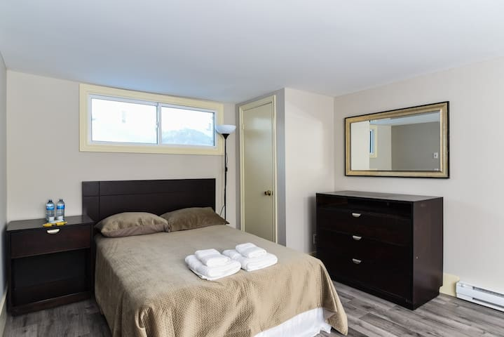 Clean Cozy private bedroom 100m to MonctonHospital