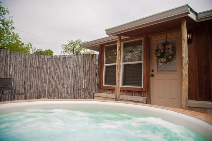 Absolutely Charming Chardonnay Hideaway, Hot Tub, Walking Distance to Main St!