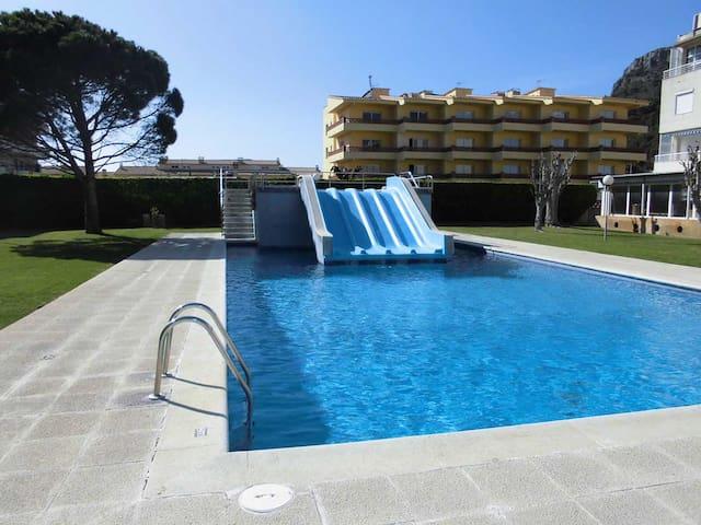 Apartamento con piscina con toboganes y Wifi gratuito