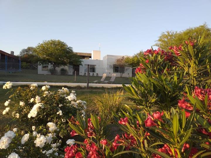 Casa con gran jardin y pileta en barrio cerrado