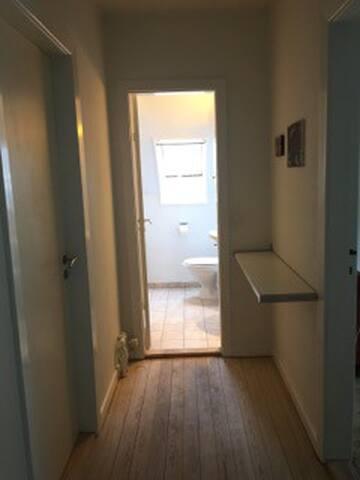 Værelse i lejlighed på 1. sal af hus. - Silkeborg - Haus
