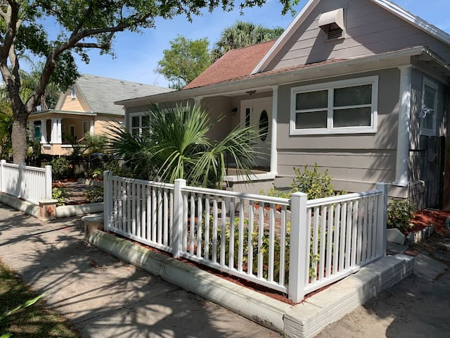 Cute studio minutes from downtown st Pete!